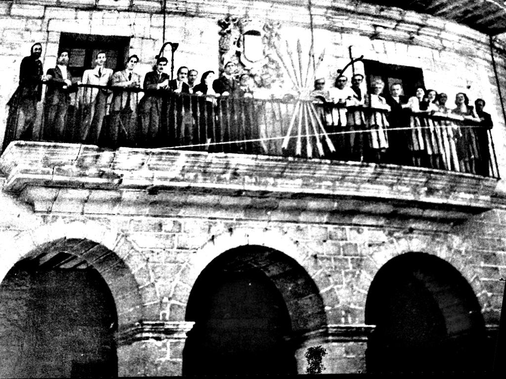 Miembros de la Escuela de Altamira en el balcón del Ayuntamiento de Santillana del Mar. La fotografía no está en la exposición.