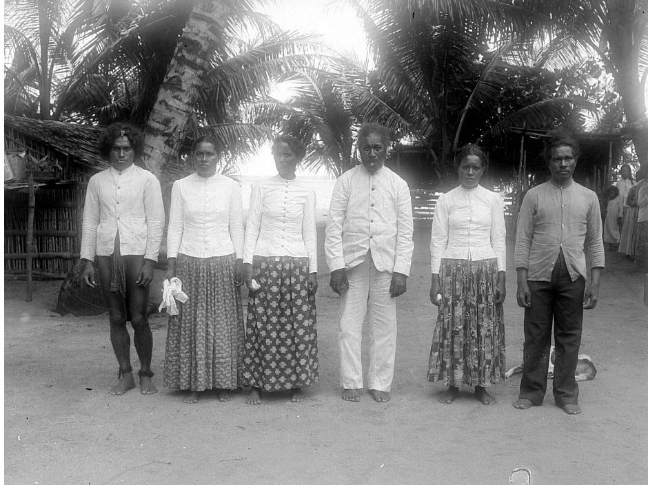 Habitantes de la isla de Mapia (antes Güedes) fotografiados en 1903 por una expedición holandesa