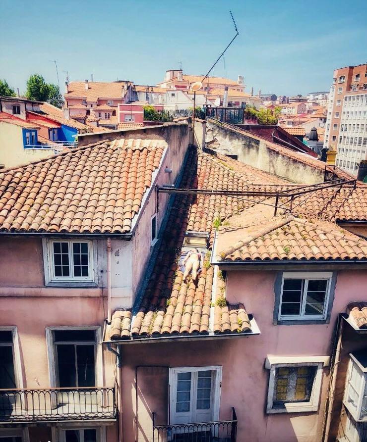 Mujer tomando el sol en el tejado
